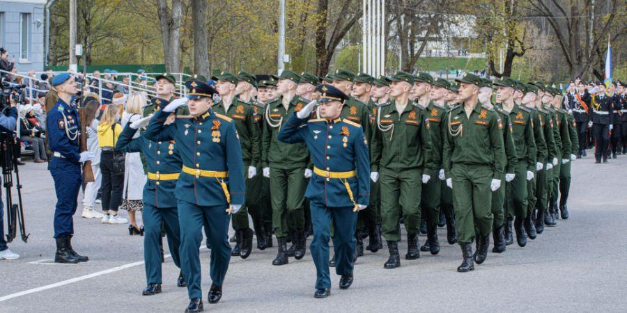 Великие Луки отметили День Победы торжественным маршем