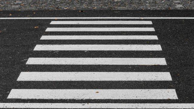 На переходе в Великих Луках сбили двух пешеходов