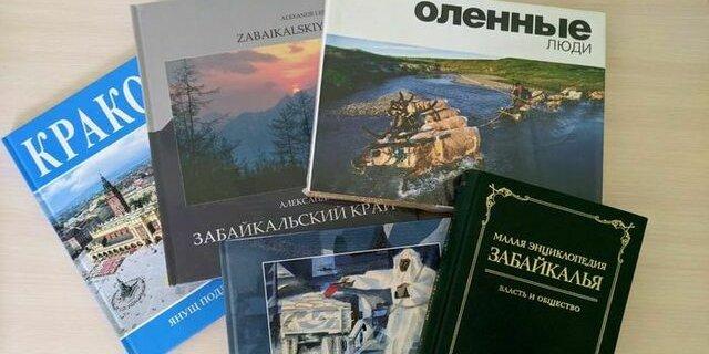 Омбудсмен по правам человека подарил псковской библиотеке уникальные книги