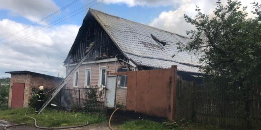 В Великих Луках мужчина свел счеты с жизнью после поджога своего дома