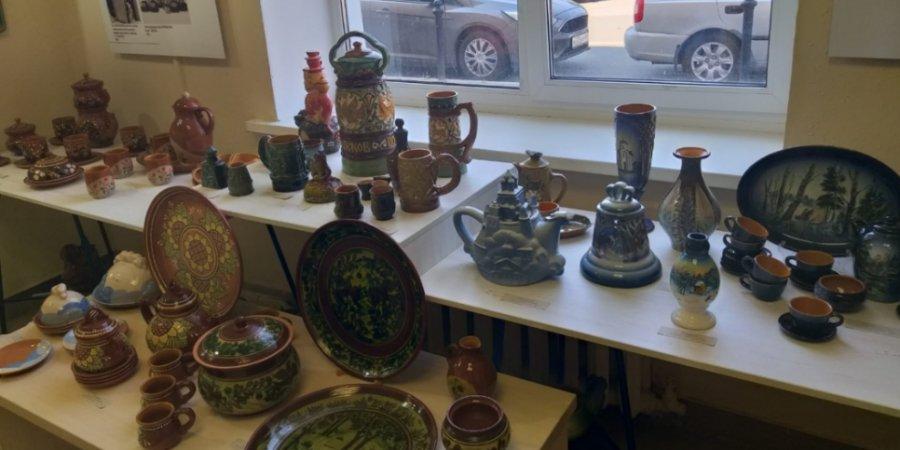 Завод «Псковский гончар» отметил юбилей открытием выставки