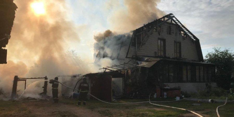 В результате пожара в Великих Луках сгорел автомобиль и пострадал дом