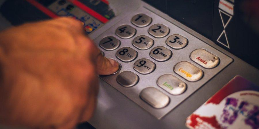 В России усилят контроль за пополнением карт через банкоматы и терминалы