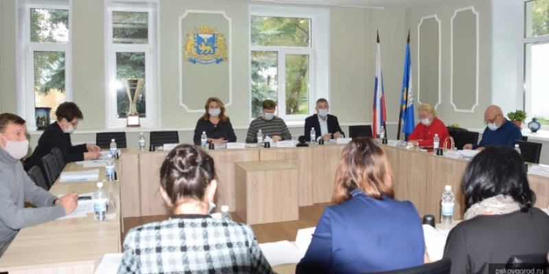 На усиление мер безопасности в школах Пскова выделят дополнительные средства
