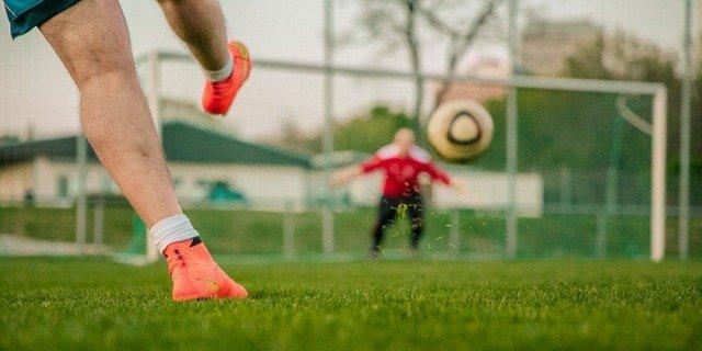 Разрешить детям тренировки на воздухе просят родители футболистов из Великих Лук