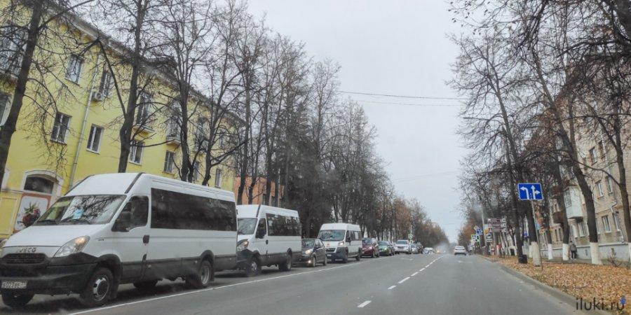 Из-за перекрытой дороги в Великих Луках образовались огромные пробки