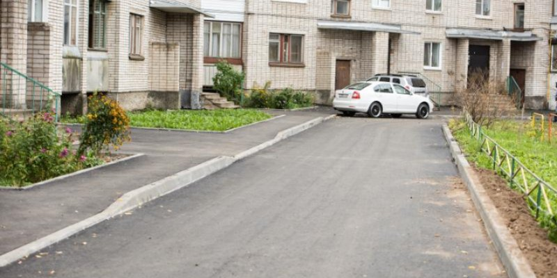 В Великих Луках отремонтирован двор на улице Дьяконова