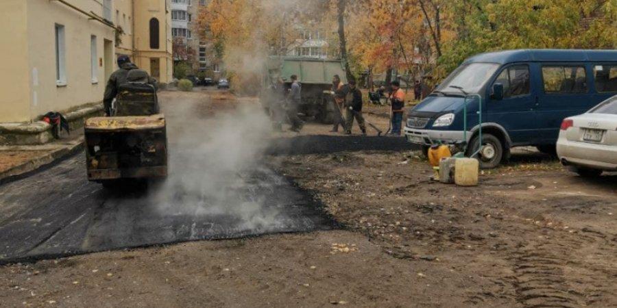 В Великих Луках ремонтируют двор на проспекте Гагарина