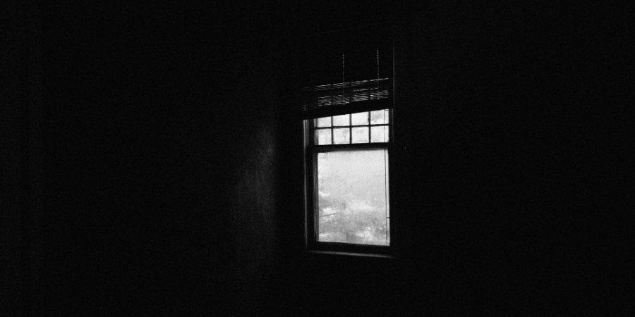 В Великих Луках пенсионер погиб, выпав из окна