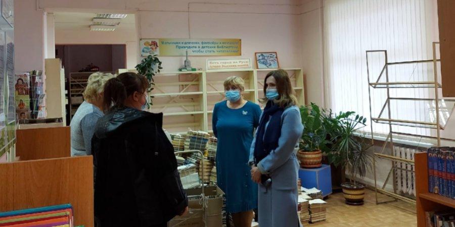 Председатель регионального комитета по культуре посетила библиотеки Великих Лук