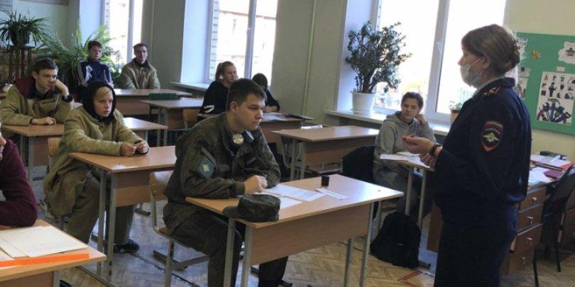 Полицейские встретились со студентами Великолукского политехнического колледжа